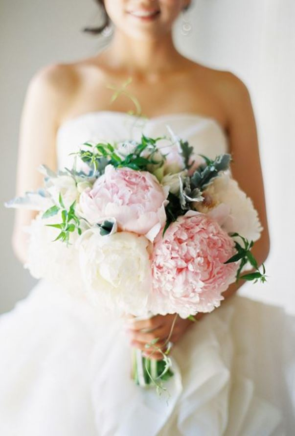 Peony wedding inspiration. Photography: Jose Villa. Read more: http://www.hummingheartstrings.de/index.php/blumen/florale-hochzeitsinspiration-mit-pfingstrosen/