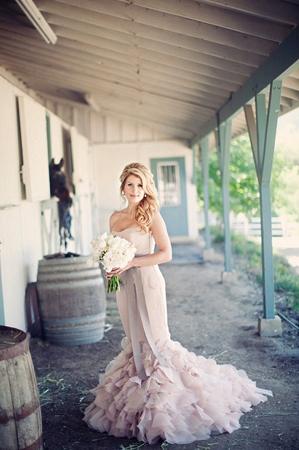 Peony wedding inspiration. Read more: http://www.hummingheartstrings.de/index.php/blumen/florale-hochzeitsinspiration-mit-pfingstrosen/