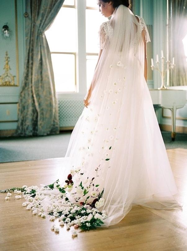 via Wedding Sparrow. Gown Sarah Seven. Amanda K Photography. Blumen Twiggs