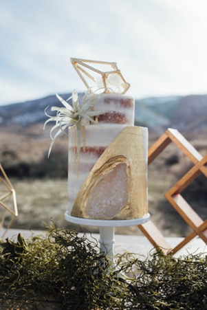 Geode Wedding Cakes as seen on Wedding Blog Humming Heartstrings. Read more: http://www.hummingheartstrings.de/?p=20229. Photo by Emily Muench